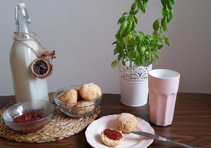 bułeczki, mleko, dżem na stole