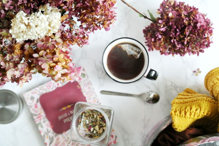herbata, kwiaty, flatlay, jesienne klimaty