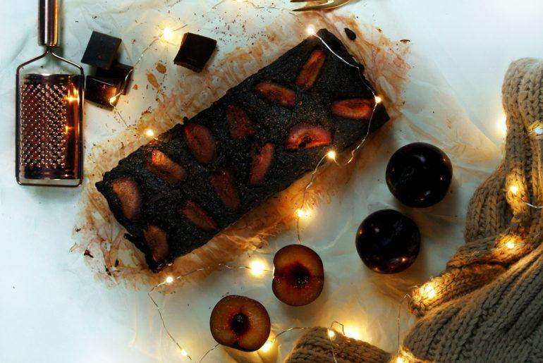 czekoladowe ciasto z cukinii ze śliwkami