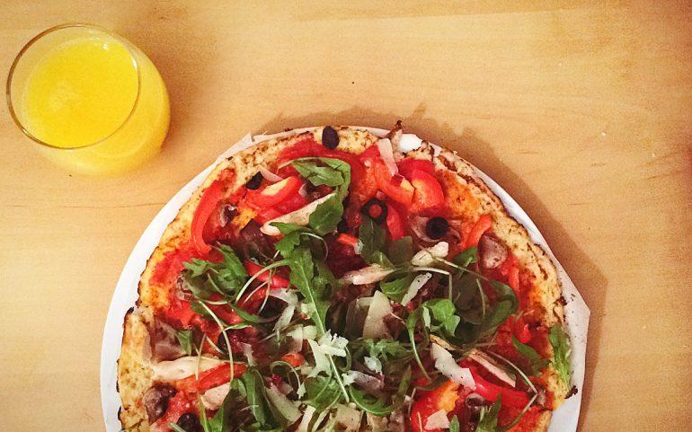 warzywna pizza z kalafiora z rukolą, oliwkami, parmezanem