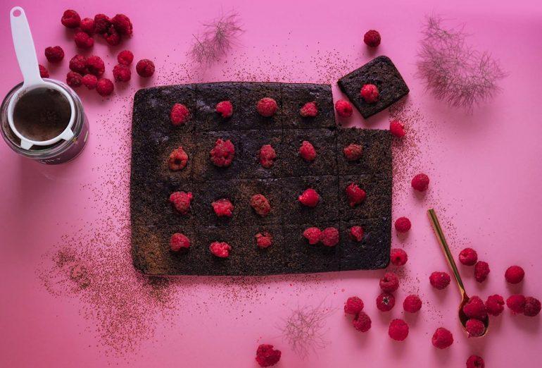 ciasto czekoladowe z buraka z malinami na różowym tle