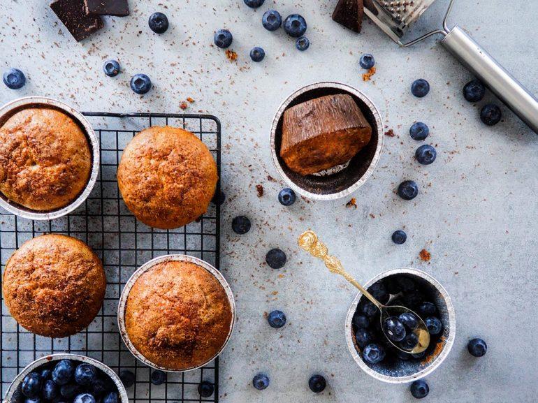 Muffinki bananowe z czekoladą i borówkami